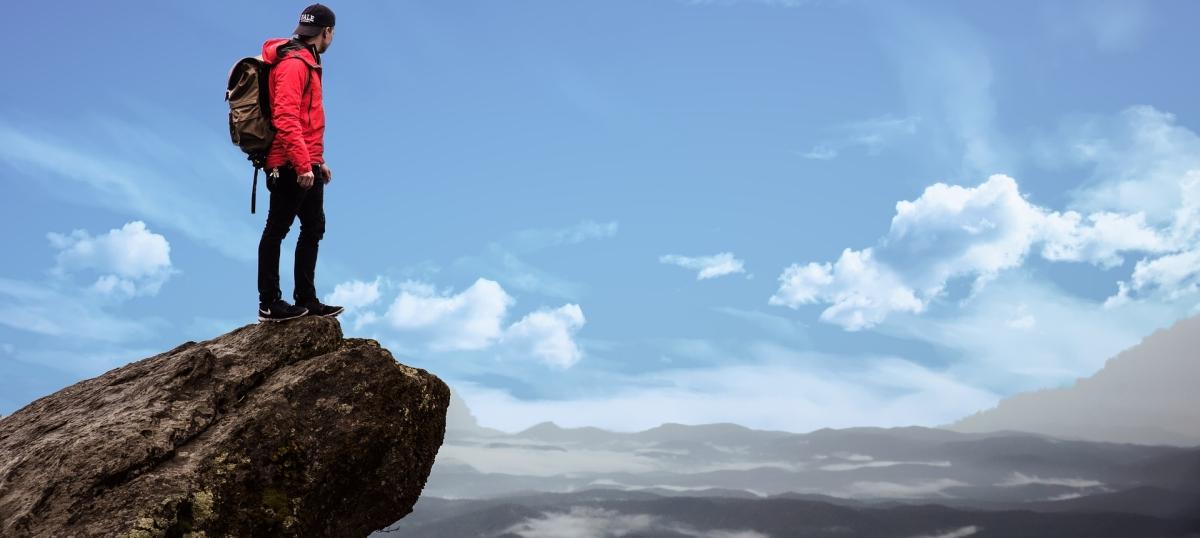 Mensch auf Bergspitze