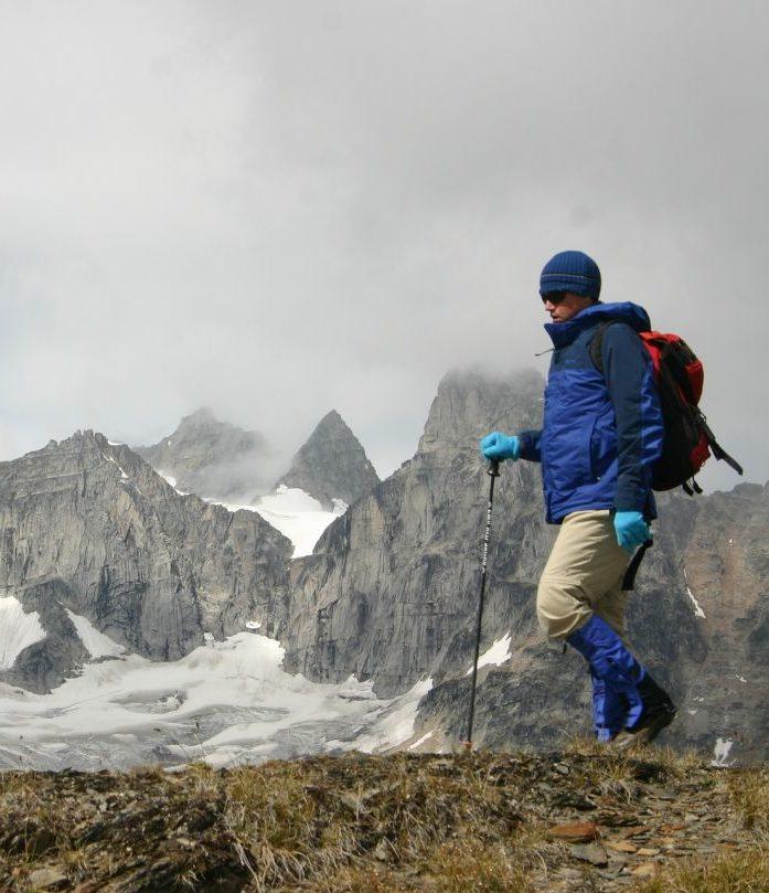 Beim aktiven Wandern oder Trekken braucht ihr eine atmungsaktive Jacke mit hohem MVTR-Wert oder niedrigem RET-Wert.
