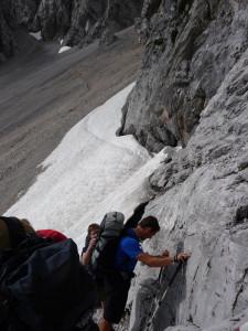 Verschnaufen nach Abstieg und Schneefeld am Stempeljoch