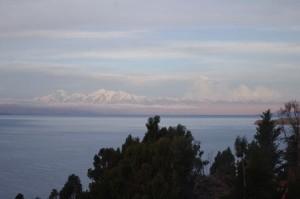 Die Sicht auf Illiampu von der Isla del Sol (Sonneninsel)