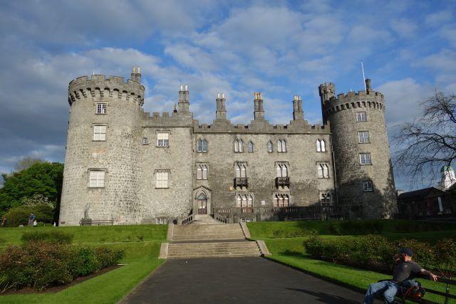 Kilkenny Burg-Unterwegs-bei-Bach