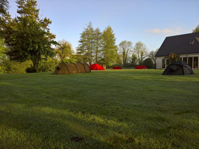 Zelte-Unterwegs-bei-Bach