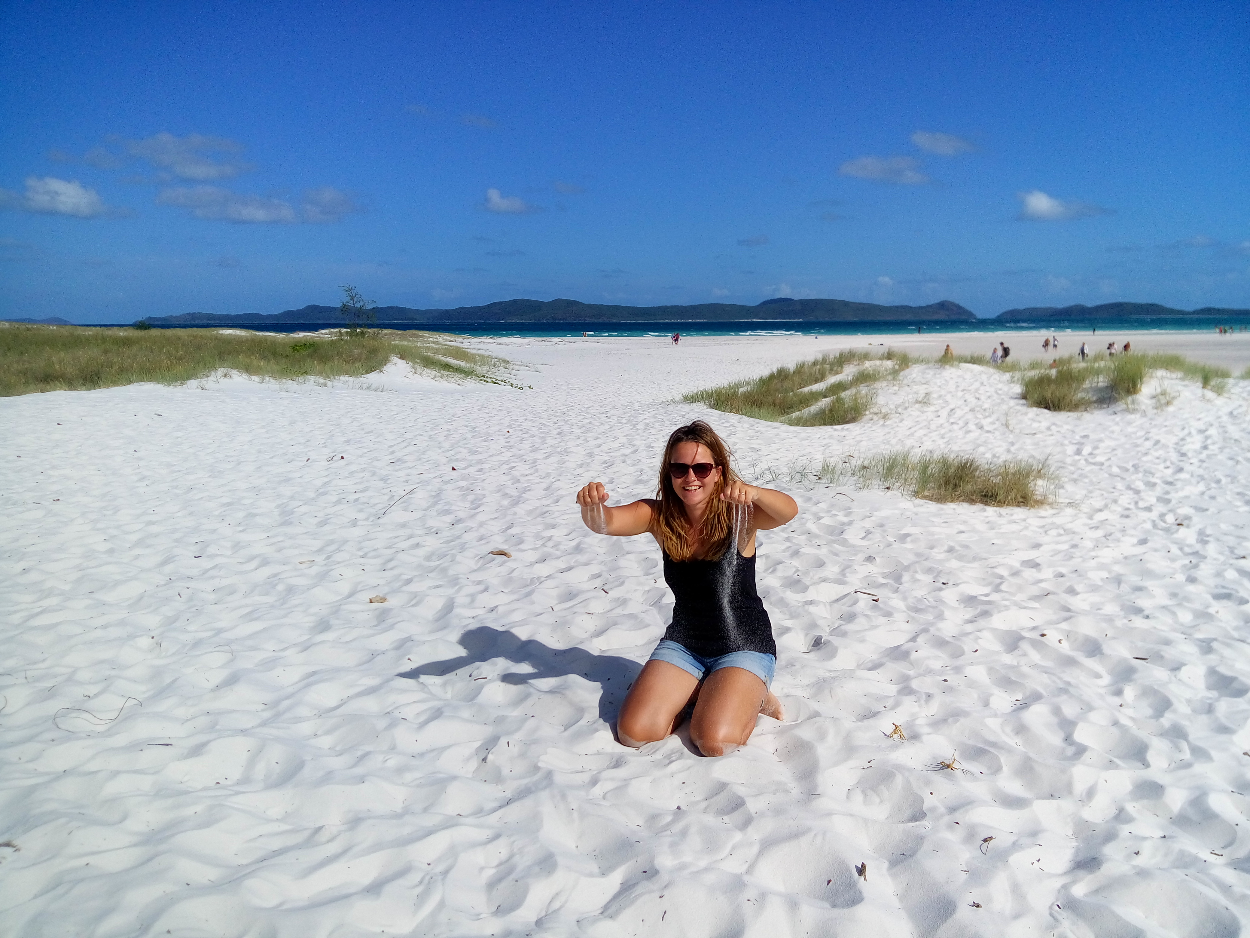 Reisereporterin auf dem Whiteheaven Beach in Australien