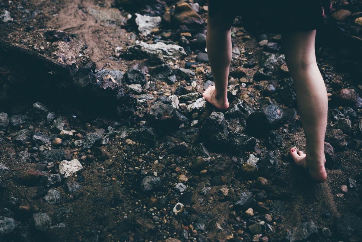 Barfusslaufen auf Steinen
