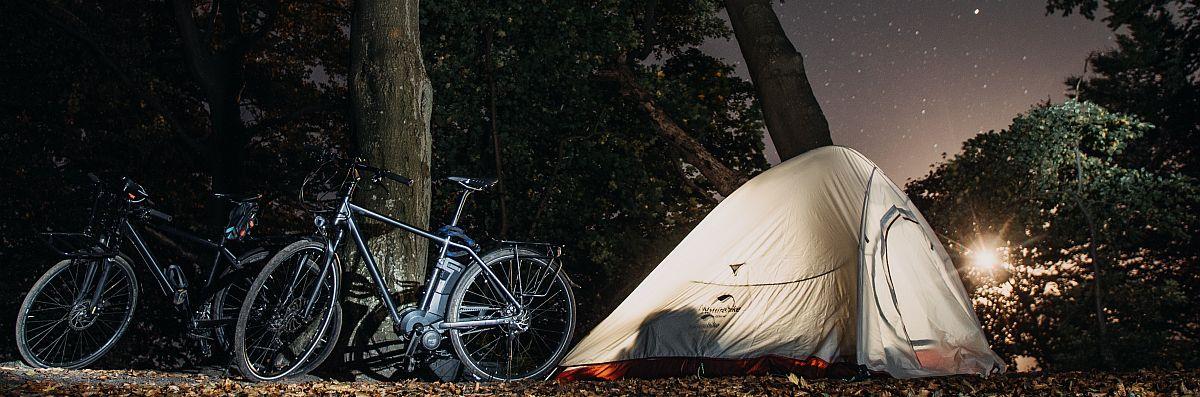 Zelt in Jasmund bei Nacht.