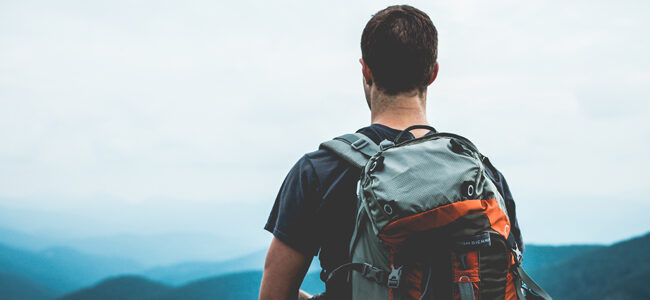 Wanderer blickt in die Ferne